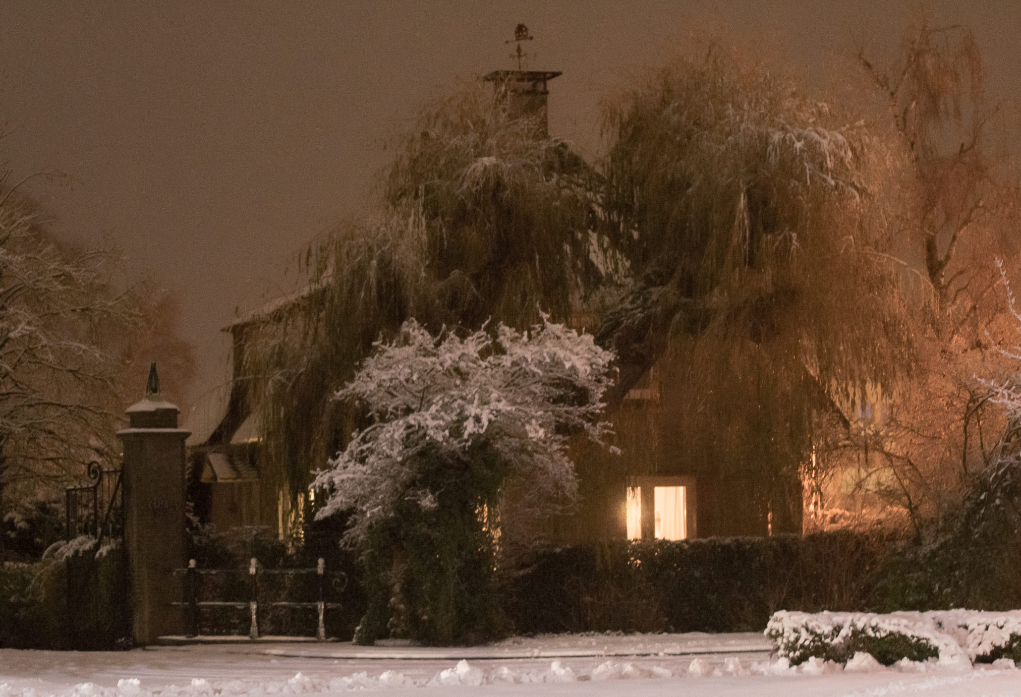 Huis bedekt met sneeuw op de hoek Nijverheidslaan en korte muiderweg in Weesp