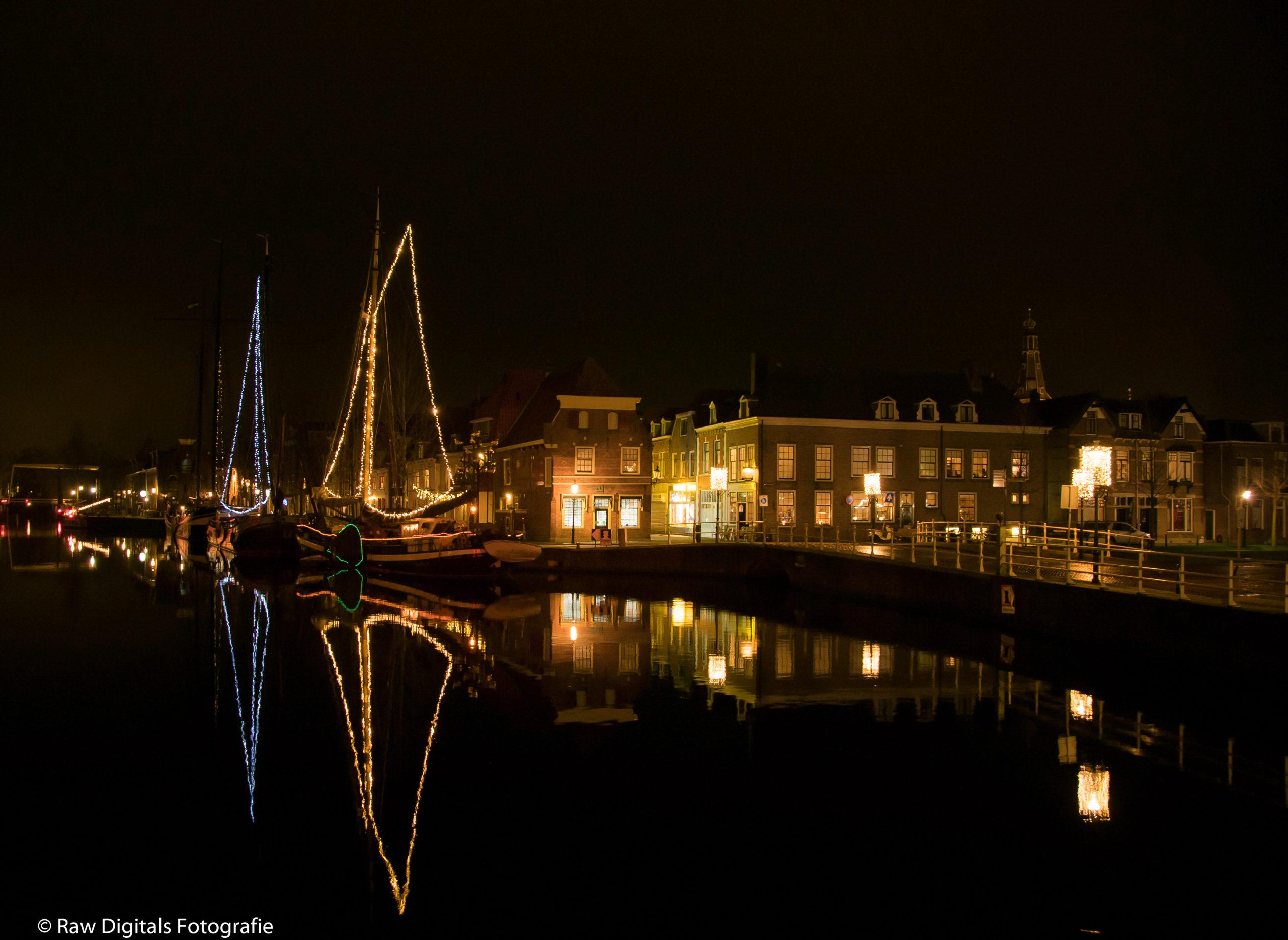 Weesp gefotografeerd in de avond vanaf de Zwaantjesbrug